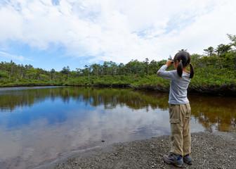 双眼鏡で湖を眺める子供