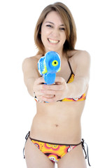 Teenie in Bikini schießt mit Wasserpistole