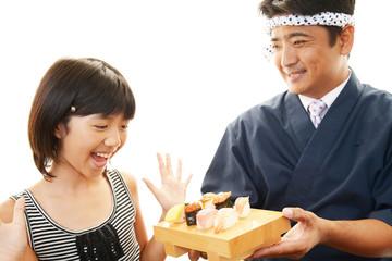 笑顔の女の子と寿司職人