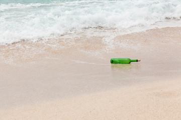 une bouteille à la mer avec message à l'intérieur
