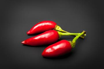 Peperoncini rossi piccanti isolati su sfondo nero