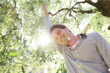 Mann im Olivenbaum