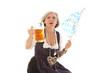 ältere Frau in bayrischer Tracht und bayrischen Souvenirs