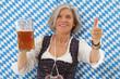 Ältere Frau in bayrischer Tracht mit einem Maßkrug in der Hand