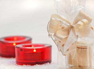Weihnachtsdekoration mit rotem Teelicht