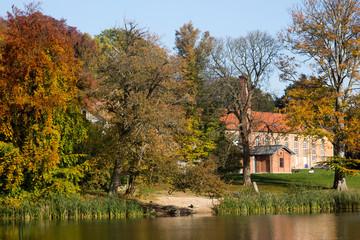 Altes Gebäude in einem Park mit See