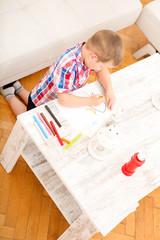 Kleiner Junge beim Malen