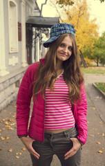 Красивая девушка гуляет по осенней улице