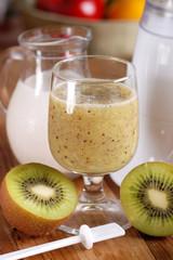 frullato di kiwi con ingredienti intorno