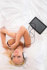 Mädchen mit Tablet PC