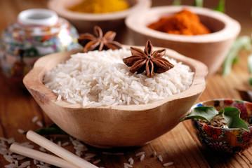 riso basmati nella ciotola di legno con altri ingredienti