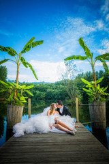 Noivos beijando-se junto ao rio