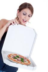 Junge hübsche Frau freut sich über Pizza Lieferung