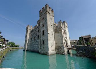 Le château de Sirmione au bord du lac de Garde