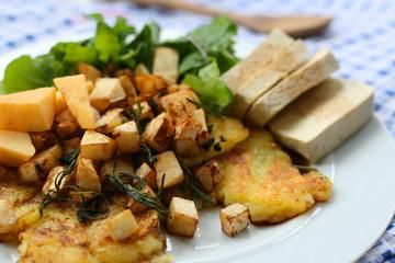 Selleriegemüse mit Tofu auf Kartoffelpuffer