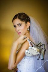 Noiva mostrando os seus sapatos