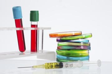 travail de laboratoire - échantillon de sang et des boîtes de