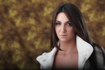 Ritratto di ragazza con giacca bianca