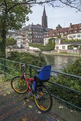 Vélo sur quai à Strasbourg