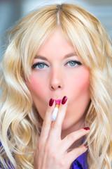 Rauchende blonde Frau