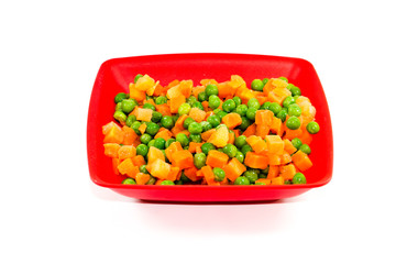 Frische Grüne Erbsen und geschnittene Karotten