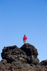 Hombre divisando el horizonte
