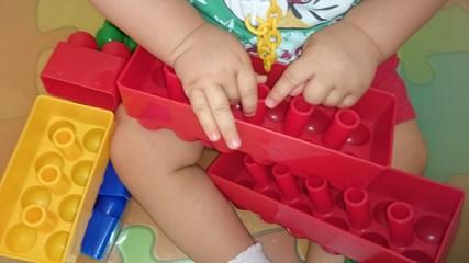 Manos de niño jugando