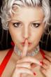 canvas print picture - blonde Schönheit hält Finger vor den Mund - shhh