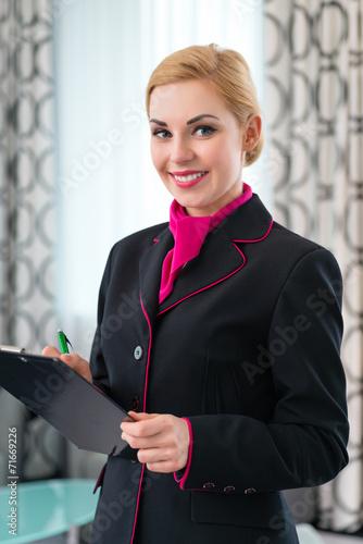 Leinwanddruck Bild Hausdame bei Kontrolle der Hotel Suite