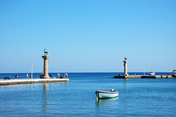Ворота порта Мандраки в городе Родос