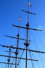 мачта корабля с флагами