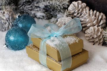 Weihnachtsgeschenke im Schnee