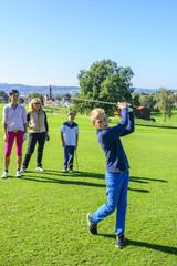 Junge beim Golfspiel