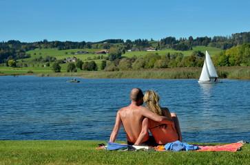 Paar am See im Urlaub