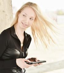 femme avec une tablette tactile