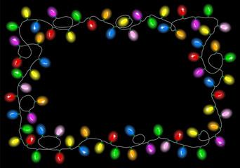 Weihnachtsbeleuchtung auf dunklem Hintergrund mit Textfreiraum