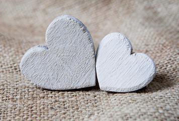 coeurs blanc en bois sur toile de lin