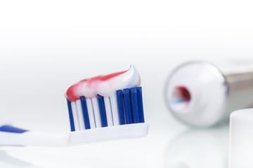 Zahnbürste mit Zahnpasta © Matthias Buehner