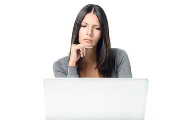 Ernste junge Frau mit einem Laptop Computer