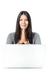 Lächelnde Frau hat ihre Hände in Dankbarkeit gefaltet