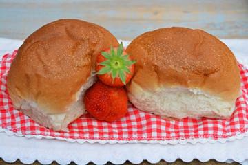 Witte bolletjes brood met aardbeien