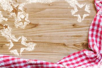 weihnachtliche Mehlsterne auf Holzhintergrund