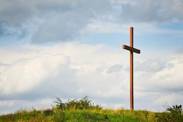 Kreuz aus Holz auf einem Hügel