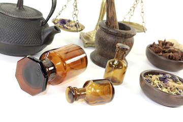 chinesische Medizin mit Mörser und Apothekerflasche