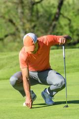 Golfer repariert das Grün