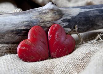 couple de coeurs sur fond de bois
