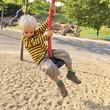 Kind wippt auf Spielplatz