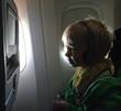 Kind schaut fernsehen im Flugzeug