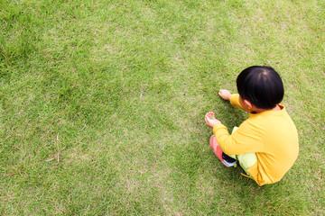 芝生を摘む子供