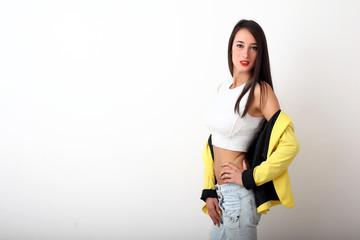 Giovane ragazza con giacca gialla
